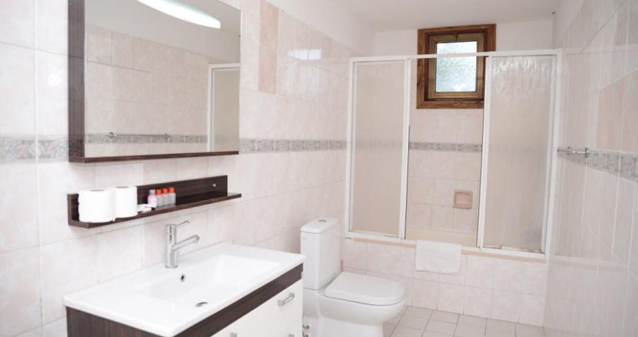 Riverside Garden Resort kirenija bungalov kupatilo
