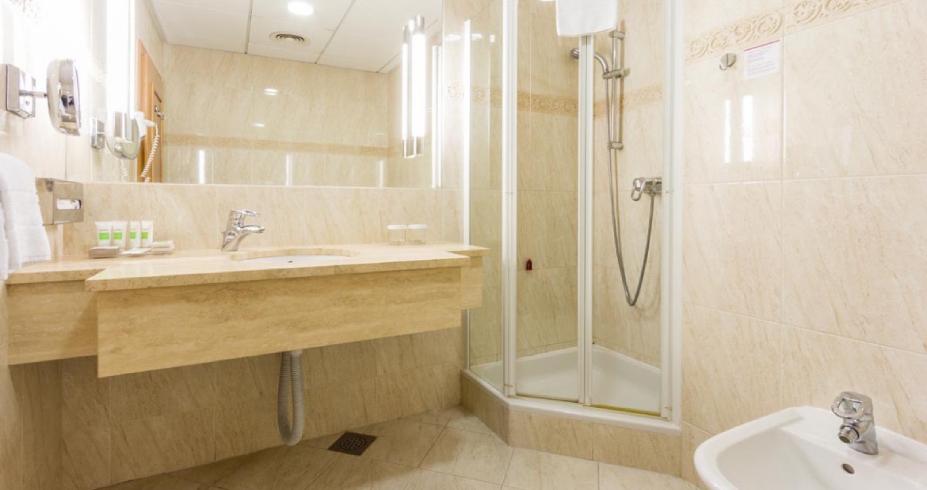 Dvokrevetna Soba Standard 24 m2 kupatilo